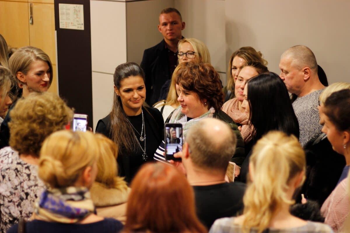 Виктория Райдос раздает общается после семинара в Таллине